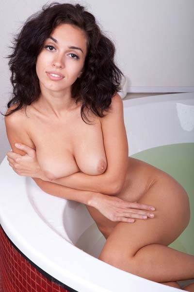 Come in and take a bath with hot Helen H