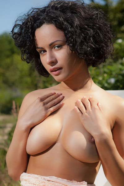Pammie Lee shows her gorgeous breasts and amazing body