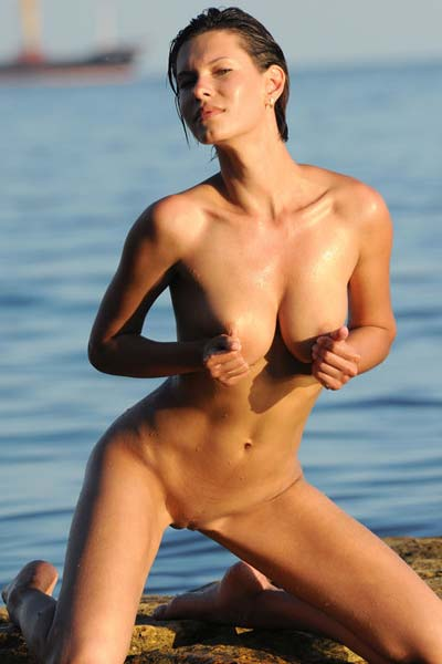 Spectacular beauty Suzanna A showcases an amazing body