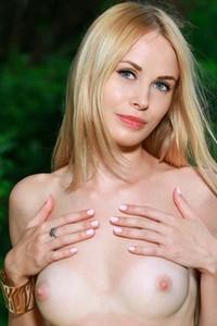 Amazing natural blonde Maria Rubio poses naked outdoors