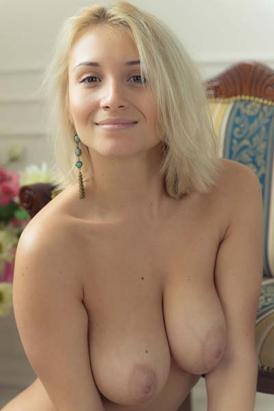 Dazzling busty blonde Isabella D poses nude just for you