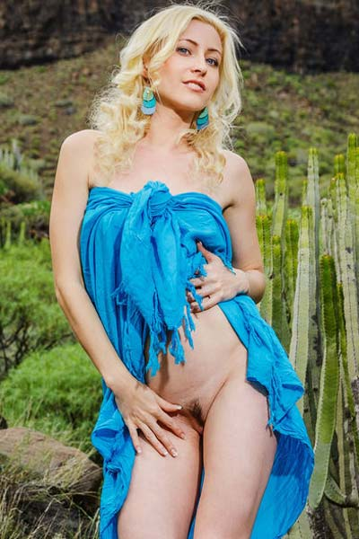 Stunning blonde Janelle B reveals her stunning body outdoors