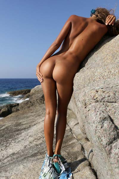 Hot tanned babe Mango A strips on the beach