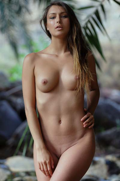 Naked hottie Yarina A poses by the river erotically