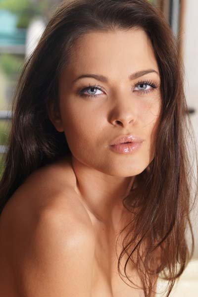 Amelie B shows her desires by lying naked on the couch