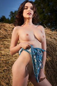 Burning hot babe Serena Wood poses on the grass and shows us her pearls