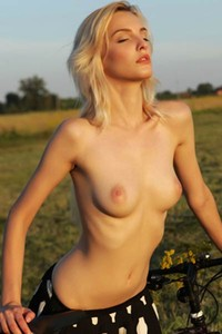Cute blonde with nice body Kira W enjoys the nature in nude