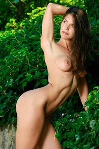 Brunette with nice curves Yasmina takes off her white bodysuit in the woods