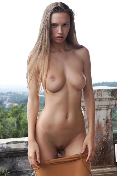 Elin well sculpted model flashing with her natural assets on her secret place