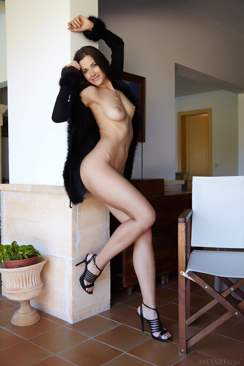 https://f6j6u6m9.ssl.hwcdn.net/content/180927/hot-brunette-bares-her-sexy-slender-body-and-juicy-pussy-as-she-poses-in-the-chair-05.jpg